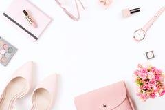 Lägenheten för modebloggerworkspace lägger med pumpar, skönhetsmedel, handväskan, stadsplanerareboken och blommor Fotografering för Bildbyråer