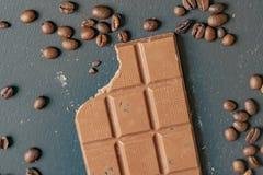 Lägenheten lägger av biten chokladstång på mörk yttersida f arkivfoto