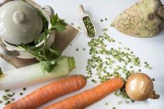 Lägenheten lägger ingredienser för holländsk traditionell mat Erwtensoep, torkad delad ärtasoppa arkivbilder