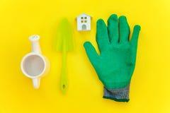 Lägenheten lägger med att arbeta i trädgården hjälpmedel på gul bakgrund royaltyfri foto