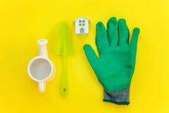 Lägenheten lägger med att arbeta i trädgården hjälpmedel på gul bakgrund arkivbild