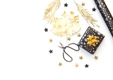Lägenheten lägger med gåvaasken och inpackningspapper i guld och svärtar signaler royaltyfri fotografi