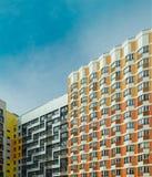 Lägenheter i en ny bostads- mång--våning byggnad arkivfoton