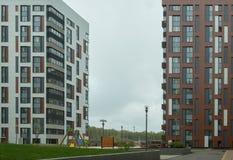 Lägenheter i en ny bostads- mång--våning byggnad arkivfoto
