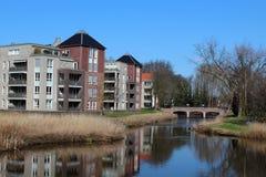 Lägenheter längs en Waterway arkivbild
