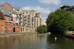 Lägenheter som förbiser kanalen i läsning, Berkshire Fotografering för Bildbyråer