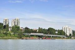Lägenheter vid floden Royaltyfri Bild