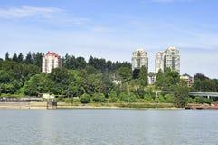Lägenheter vid floden Royaltyfria Bilder