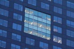 Lägenhetfönster på natten med ljus fotografering för bildbyråer