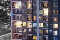 Lägenhetfönster på natten varje med avskildhet i deras egna hem royaltyfri foto