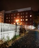 Lägenhethus bak ett staket arkivbild