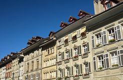 Lägenhethus i den gammala townen av Bern Arkivfoton