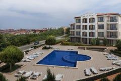 Lägenhethus med simbassängen Royaltyfri Foto