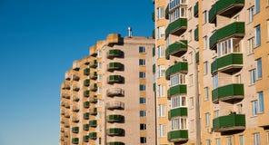 Lägenhethus på bakgrund för blå himmel Royaltyfria Bilder