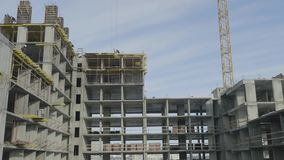 Lägenhetkonstruktionsplats med kranen kran för byggnadskonstruktion stock video