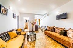 Lägenhetrum i ett som man har råd med motell Arkivfoto
