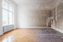 Lägenhetrum under renovering, före och efter återställande/renovering royaltyfri bild