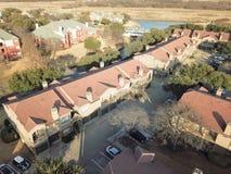 Lägenhetskomplex för flyg- sikt nära kanalen i Irving, Texas, USA royaltyfri foto