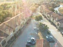 Lägenhetskomplex för flyg- sikt nära kanalen i Irving, Texas, USA arkivbilder