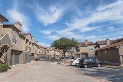 Lägenhetskomplexbyggnad i förorts- område på Irving, Texas, USA Arkivbilder