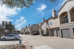 Lägenhetskomplexbyggnad i förorts- område på Irving, Texas, USA Fotografering för Bildbyråer