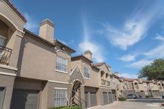 Lägenhetskomplexbyggnad i förorts- område på Irving, Texas, USA Royaltyfria Bilder