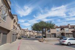 Lägenhetskomplexbyggnad i förorts- område på Irving, Texas, USA royaltyfri fotografi