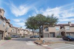 Lägenhetskomplexbyggnad i förorts- område på Irving, Texas, USA Arkivbild