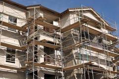 lägenhetskomplexkonstruktion under Arkivfoton