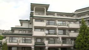Lägenhetskomplexsmaragd för bostads- byggnad i byn av Ravda i Bulgarien stock video