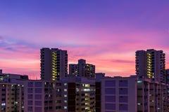 Lägenhetskymning som bor plan solnedgång, aer för skymningskyskrapatid Arkivfoton