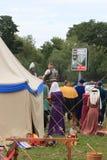 Läger för riddare` s Samla av deltagare av historisk rekonstruktion nära tältet Fotografering för Bildbyråer