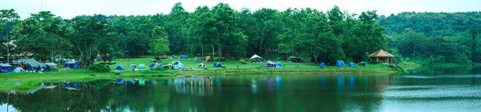 Läger i skog royaltyfria foton
