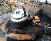 Lägerbrand med den gamla kokkärlet Arkivfoto
