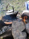 Lägerbrand med kokkärlet Arkivfoton