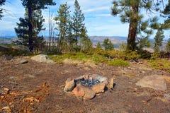 Lägerbrand vaggar cirkeln i bergen Arkivfoto