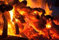 Lägerbrandbränning på natten Royaltyfria Bilder
