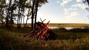 Lägereld på lägret i den Podillya regionen, Khmelnytskyi, Ukraina lager videofilmer