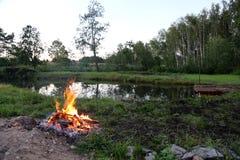 Lägereld vid sjön i självständigheten för skognaturfrihet Fotografering för Bildbyråer