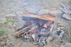 Lägereldbränning i träna royaltyfri foto