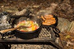 Lägereldmatlagning arkivfoto