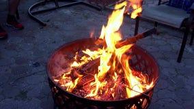 Lägereldskott för brandnattafton burning vedträ Apelsinen avfyrar arkivfilmer
