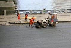Lägga asfalttrottoar på vägen i Moskva Arkivfoton