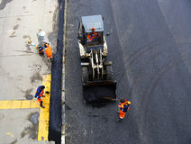 Lägga asfalttrottoar på vägen i Moskva Royaltyfria Bilder