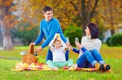 Lägga-baksida ögonblick av familjen på höstpicknick royaltyfria bilder
