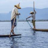 Lägga benen på ryggen roddfiskare - Inle laken - Myanmar Royaltyfri Fotografi