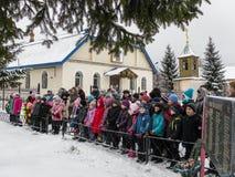 Lägga blommor och begravnings- kransar på en massgrav i den Kaluga regionen i Ryssland Arkivbild