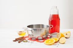 Lägga in för förberedelsen av funderat vin med ingredienser Arkivfoto