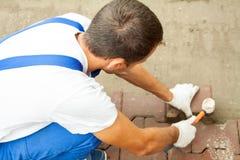 Lägga förberedande tjock skiva på stadsfyrkanten som reparerar trottoaren Royaltyfria Foton