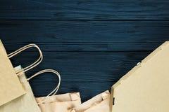 Lägga framlänges av pappers- avfalls som påsar, askar som är klara för återanvändning på grå bakgrund Ekologiomsorg och begrepp f royaltyfria foton
